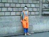 Уличный Клоун на улице !  очень прикольные шутки