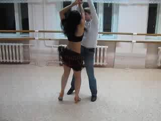Латиночка танцует